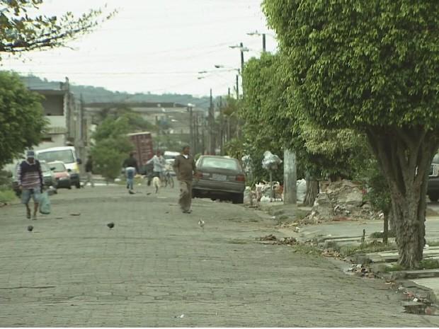 Moradores de rua em São Vicente reclamam de sujeira (Foto: Reprodução / TV Tribuna)