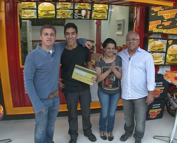 O vendedor de hambúrguer Eduardo ganhou muitas melhorias para seu estabelecimento (Foto: Caldeirão do Huck/TV Globo)