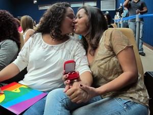 Adriana e Patrícia mostram alianças; casal está junto há 10 anos (Foto: Christiano Ferreira/G1)