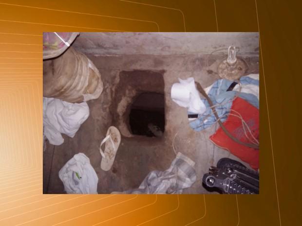 O túnel encontrado no presídio de Campina Grande tinha cerca de dois metros de profundidade (Foto: Reprodulção/TV Paraíba)