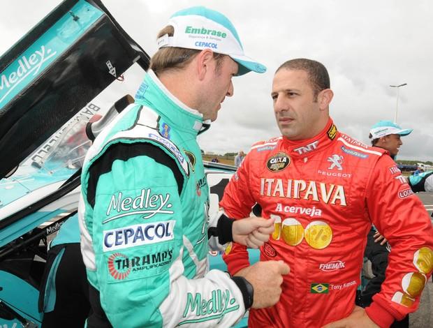 Rubens Barrichello e Tony Kanaan conversam antes da largada da etapa de Brasília da Stock Car (Foto: Fernanda Freixosa / Stock Car)