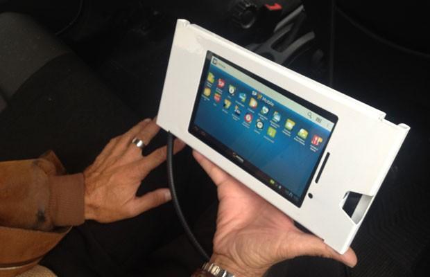 Tablet instalado em táxis de SP funciona como roteador; na tela, o aplicativo da SPTuris, que mostra pontos turísticos da cidade. (Foto: Helton Simões Gomes/G1)