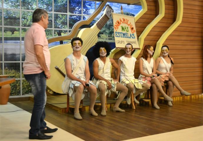 Grupo Tibanaré se apresenta no palco do É Bem Mato Grosso. (Foto: Luana Daubian)