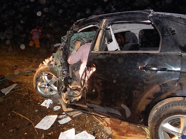 Motorista e carona ficaram presos nas ferragens. Ambos morreram no local. (Foto: Sigi Vilares/ Blog do Sigi Vilares)