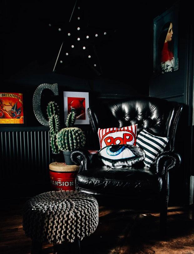 Décor do dia: sala preta com ornamentos coloridos (Foto: reprodução)