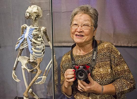 No Museu Nacional, em Adis Abeba, Mitiko fez questão de ser fotografada com a réplica de Lucy, humanoide de 3,2 milhões de anos de idade  (Foto: © Haroldo Castro/Época)