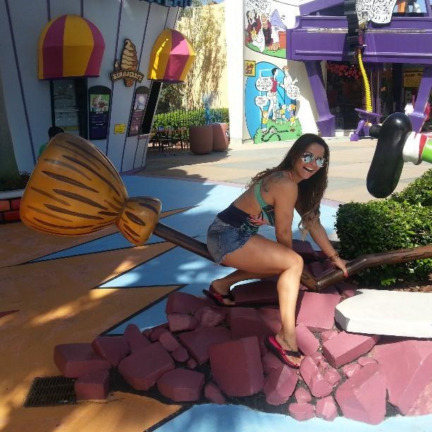 Viviane Araújo em parque em Orlando, nos Estados Unidos (Foto: Instagram/ Reprodução)