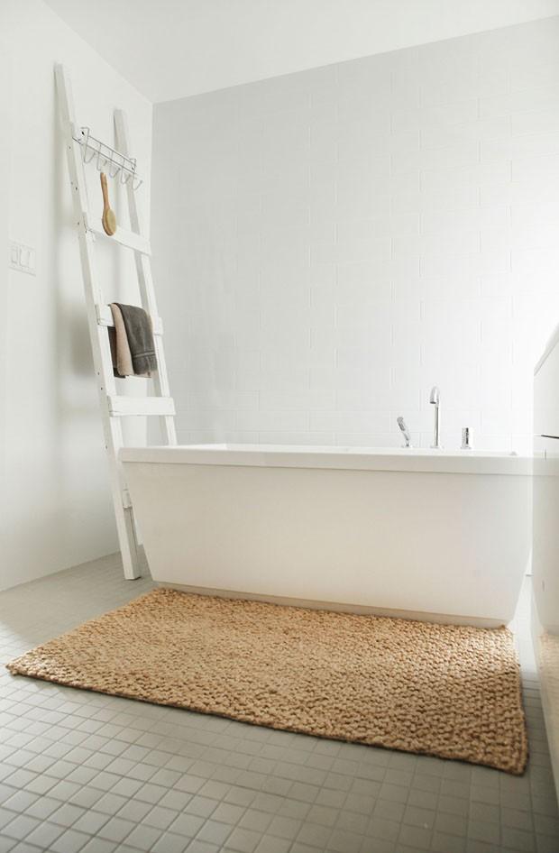 Casa minimalista aposta no contraste preto e branco (Foto: Appareil/Divulgação)