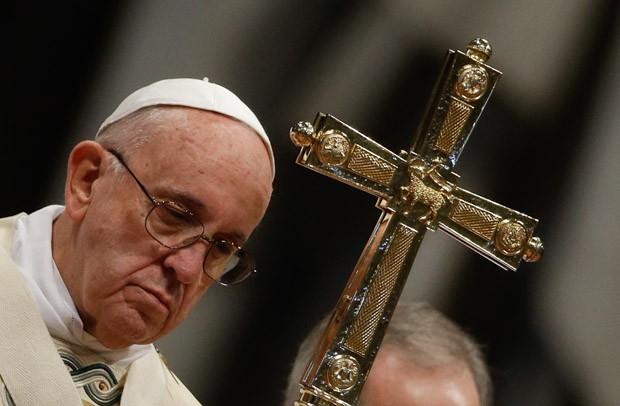 O Papa Francisco segura uma cruz durante missa na basílica de São Pedro, no Vaticano, na quarta-feira (6) (Foto: Gregorio Borgia/AP)
