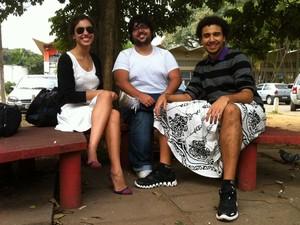 Aluna de artes cênicas emprestou a saia para o colega participar do ato (Foto: Ana Carolina Moreno/G1)