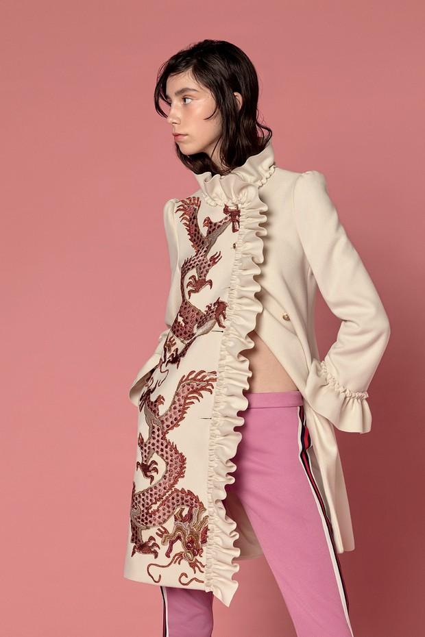 Casaco de lã bordado (R$ 15.030) e calça de jérsei (R$ 3.370). Todas as peças são da coleção de pre-fall 2017 da Gucci (Foto: Ana Strumpf e Verena Smit)