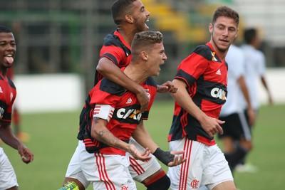 Matheus Sávio comemora o primeiro gol, marcado de pênalti (Foto: Gilvan de Souza/Flamengo)