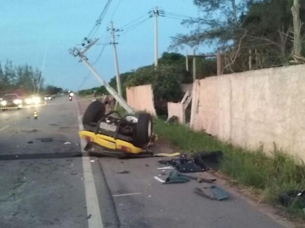 Poste ficou tombado e fio estava atravessado no meio da pista (Foto: Divulgação/Gladiador)