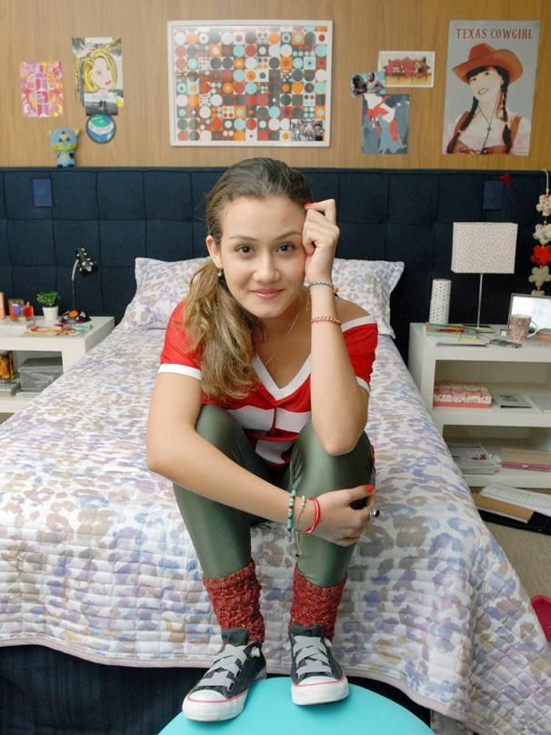 Giulia Shanti posa no quarto de Luiza, sua personagem em A Mulher do Prefeito (Foto: Zé Paulo Cardeal/Globo)