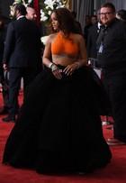 Rihanna deixa tatuagem à mostra com top laranja no Grammy 2017