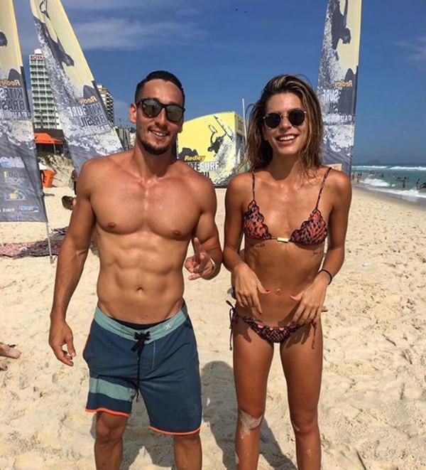 Mariana Goldfarb posa de biquíni com amigos e mostra barriga negativa