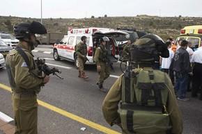 Soldados israelenses são vistos no local onde palestino atacou israelenses com ácido perto de Belém, na Cisjordânia, nesta sexta-feira (12) (Foto: Ronen Zvulun/Reuters)