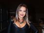 Geisy Arruda usa tubinho preto superdecotado em estreia de musical