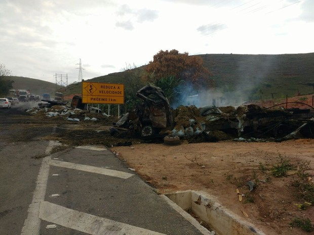 Carreta que pegou fogo na BR-116, em Governador Valadares (MG), ficou totalmente destruída. (Foto: Samara Barra/Inter TV dos Vales)