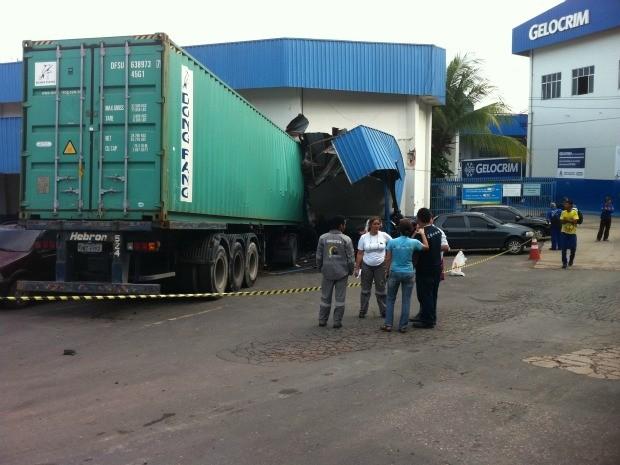 Carreta invadiu fábrica de gelos na Zona Sul de Manaus (Foto: Guilherme Fragas/TV Amazonas)