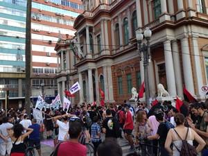 Protesto contra possível aumento da passagem de ônibus em Porto Alegre (Foto: Fabio Almeida/RBS TV)
