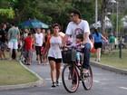 Thiago Lacerda anda de bicicleta os filhos durante passeio no Rio