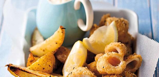 Lulas empanadas em farofa de pão, tomilho e parmesão, acompanhadas de batatas (Foto: StockFood / Gallo Images Pty Ltd.)