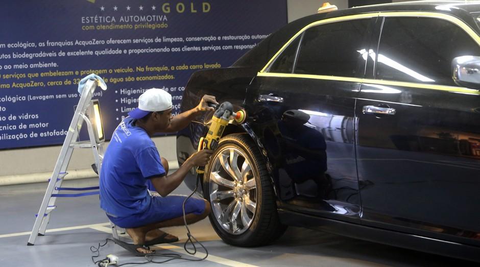 Manutenção de veículos: na crise, ninguém quer comprar carro novo (Foto: Guilherme Pinto)