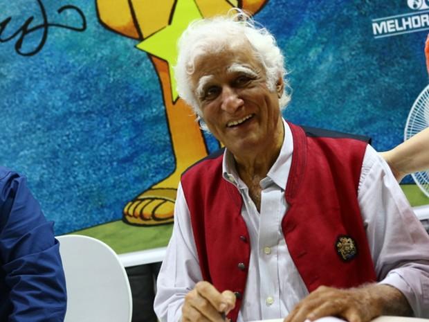 No terceiro dia da 16ª Bienal do Livro, o escritor Ziraldo, que tem peça em cartaz no evento, autografou livros. (Foto: Rodrigo Gorosito/G1)