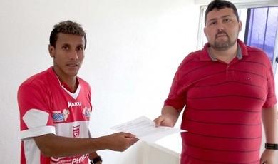 Válber entrega carta de desculpas ao diretor Alarcon Pacheco (Foto: Júnior de Melo/Divulgação CRB)