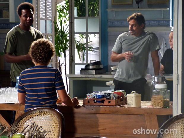 Pedro escuta conversa e pergunta qual o problema com a casa (Foto: Malhação / TV Globo)
