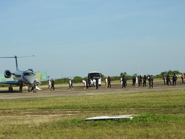 Presos embarcando no avião da Polícia Federal no Aeroporto Internacional de Boa Vista (Foto: Inaê Brandão/G1 RR)