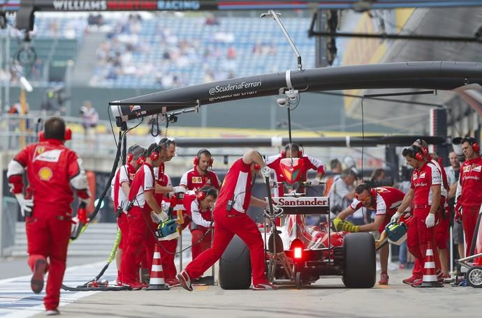 Pit stop de Sebastian Vettel durante GP da Inglaterra de Fórmula 1 (Foto: EFE)