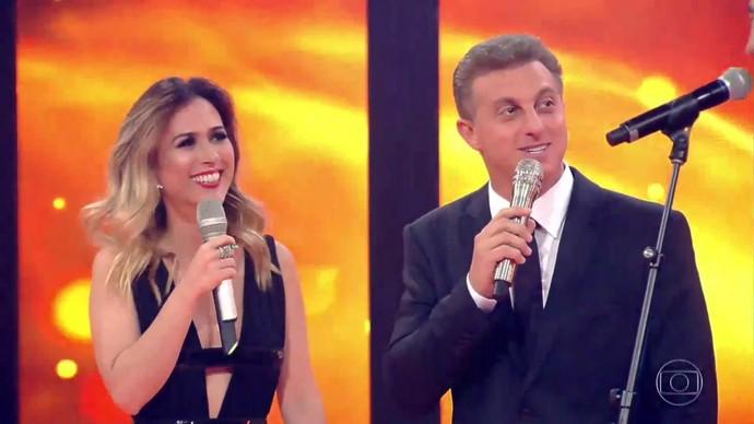 Tatá se diverte ao lado de Huck (Foto: TV Globo)