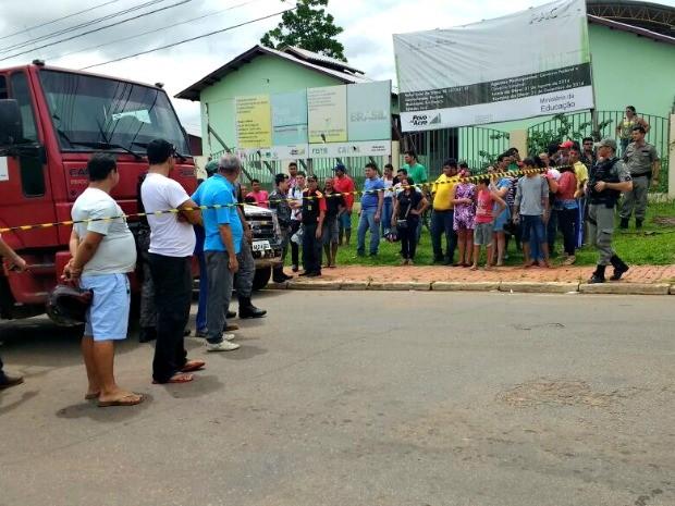 Um homem morreu e policial ficou ferido após troca de tiros na manhã desta quinta-feira (15) (Foto: Quésia Melo/G1)
