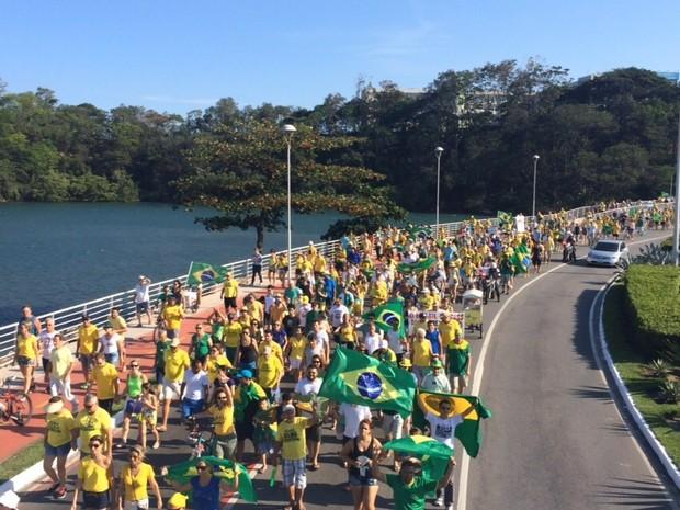 Manifestantes atravessam a ponte Ayrton Senna, em Camburi (Foto: Guilherme Ferrari/ A Gazeta)