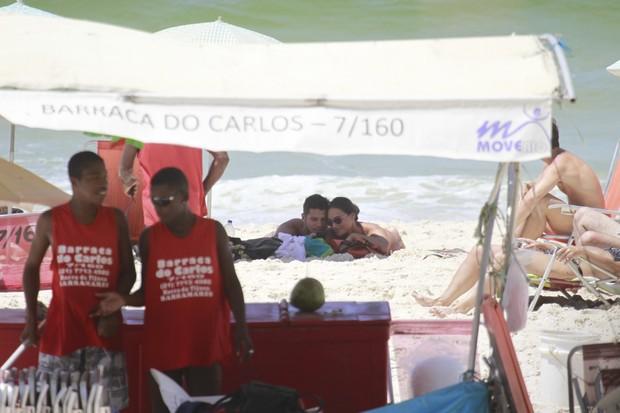 Débora Nascimento e José Loreto na praia (Foto: Dilson Silva / Agnews)