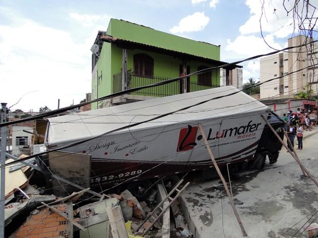 Casa foi atingida por um caminhão descontrolado na Região da Pampula. (Foto: Pedro Ângelo/G1)
