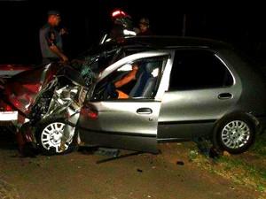 Palio ficou com a frente destruída após bater em traseira de caminhão (Foto: Fabio Pereira/ Portal Process)