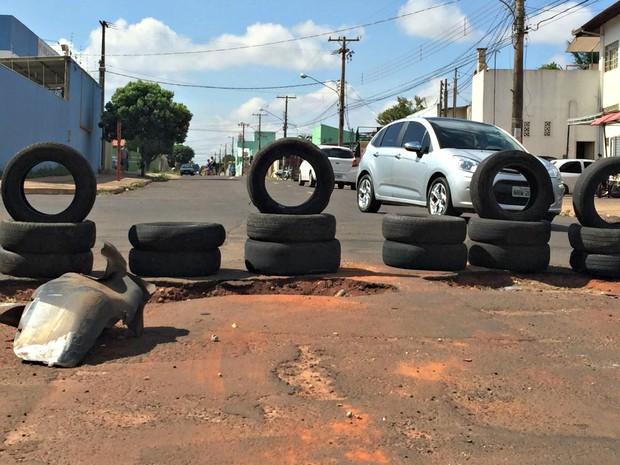 Buraco na rua José Francisco Abrão, no Jardim Colorado, na capital (Foto: Flávio Dias/ TV Morena)