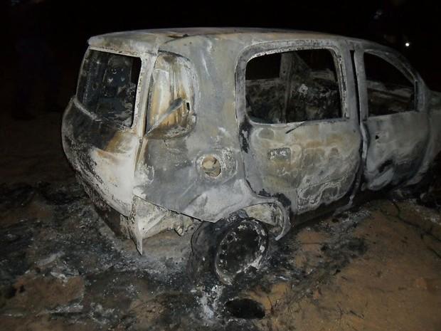 Corpo estava dentro de carro queimado encontrado neste domingo (3) (Foto: Divulgação/PM)