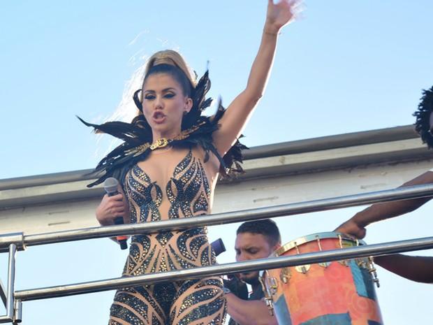 Millane Hora, da Timbalada, usa figurino ousado no desfile (Foto: Júnior Improta/Ag Haack)