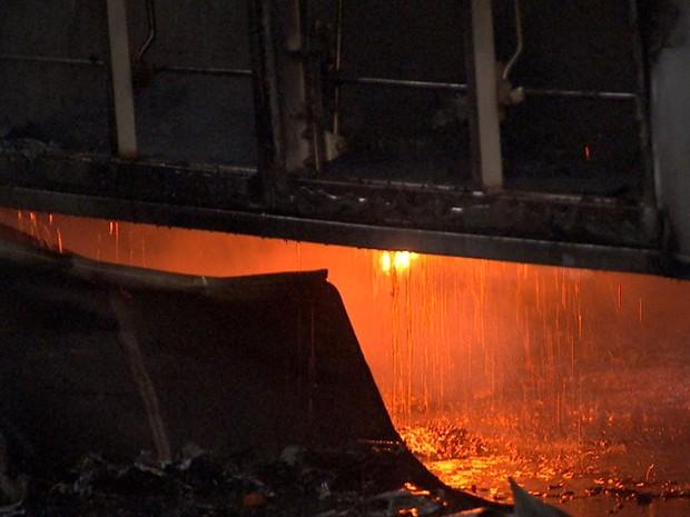 Bombeiros suspeitam que o incêndio tenha sido provocado criminalmente (Foto: Reprodução/TVCA)