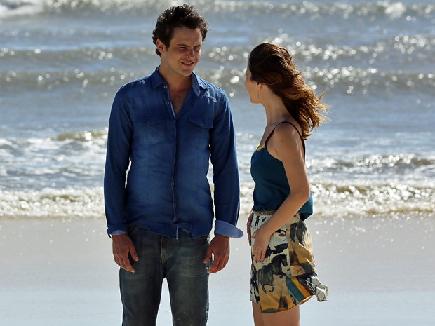 O casal passeia na praia e troca juras de amor (Foto: Isabella Pinheiro/Gshow)