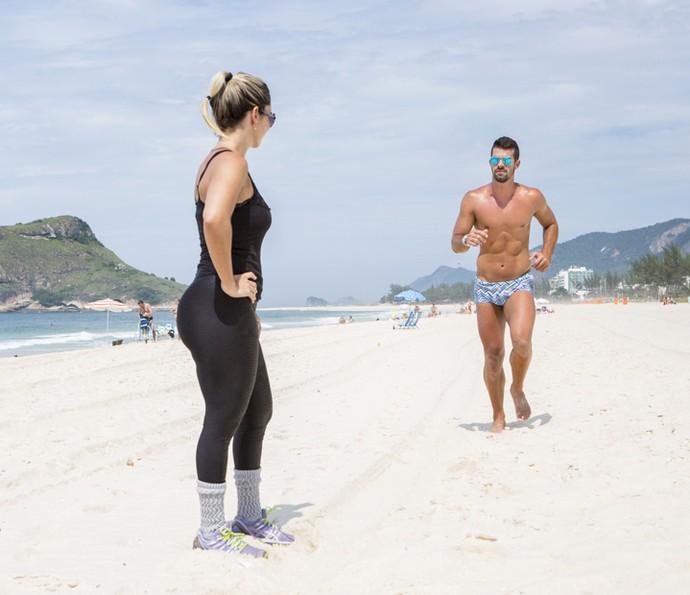 Para aquecer, Borat também corre na praia (Foto: Felipe Monteiro/Gshow)