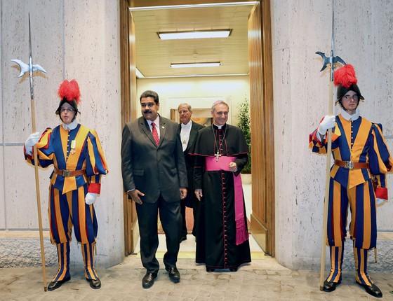 Maduro no Vaticano.Anunciada a suspenção do referendo,ele bateu ás portas do papa,mas mediação não prosperou (Foto: MARCELO GARCIA/AFP)