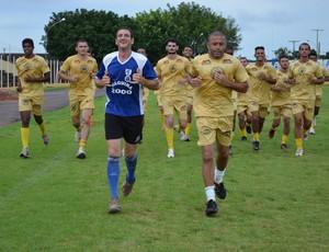 Atletas treinam em busca do lugar no time titular (Foto: Magda Oliveira)