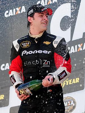 Stock Car: Átila Abreu comemora vitória com champagne (Foto: Duda Bairros)