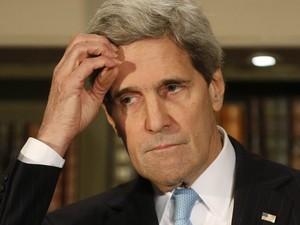14/3 - O secretário de Estado dos EUA, John Kerry, fala à imprensa em Londres após reunião com o ministro das Relações Exteriores da Rússia, Segey Lavrov. Foi o último compromisso oficial de Kerry sobre a Crimeia antes da votação de domingo (16) (Foto: Sang Tan/AP)