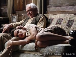 Nordestina fica arrasada quando Ernest leva sua filha de sua casa (Foto: Joia Rara/ TV Globo)